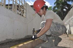 una donna lavora nel campo edile e pensa alla sua sicurezza sul lavoro