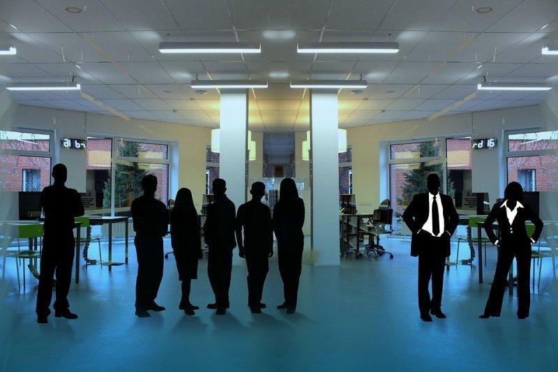 un gruppo di lavoratori che lavorano più di 8 ore al giorno